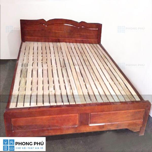 Sử dụng giường gỗ keo giúp không gian phòng ngủ trở nên ấm cúng